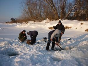 2015-6 Подготовка к измерению расхода воды на Сосьве. фото Шмачковой