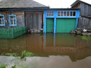 2015-08-28-4 дом наблюдателя гидрологического  поста 23.08 В Лобве уровень воды уже снизился на 70 см.изм