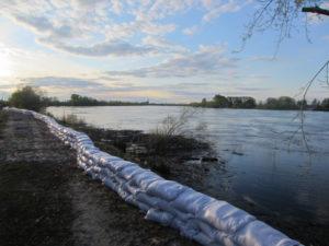 2016-05-12-2 река Тавда готовится к большой воде фото О. Шумель